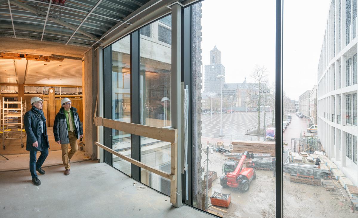 Joop Heijdra en Jeroen Kautz inspecteren bouw en renovatie